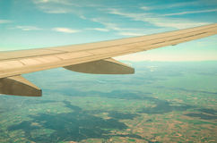επάνω από το φτερό ταξιδιού σύννεφων Boeing αέρα Στοκ εικόνα με δικαίωμα ελεύθερης χρήσης
