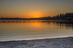 επάνω από το φωτεινό χειμώνα ανώτατων δέντρων ηλιοβασιλέματος ήλιων γουνών κόκκινο Στοκ φωτογραφία με δικαίωμα ελεύθερης χρήσης
