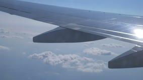 επάνω από το ωκεάνιο παράθυρο όψης εδάφους μυγών αεροπλάνων φιλμ μικρού μήκους