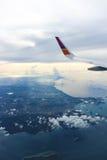 επάνω από το ωκεάνιο παράθυρο όψης εδάφους μυγών αεροπλάνων Στοκ φωτογραφία με δικαίωμα ελεύθερης χρήσης