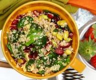 Επάνω από Quinoa των βακκίνιων άποψης τη σαλάτα και τις φράουλες Στοκ Εικόνα