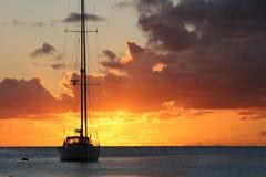 επάνω από sailboat το ηλιοβασίλε& Στοκ εικόνα με δικαίωμα ελεύθερης χρήσης