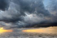 επάνω από thunderstorm θάλασσας σύννεφων την όψη Στοκ Εικόνες