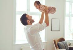 Επάνω πηγαίνει daddy& x27 μικρό κορίτσι του s! στοκ φωτογραφίες με δικαίωμα ελεύθερης χρήσης