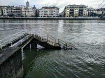 Επάνω στα σκαλοπάτια στον ποταμό στοκ φωτογραφία