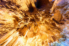 Επάνω στην αυξημένη άποψη γωνίας των σταλακτιτών σταλακτιτών με το φωτισμό χρώματος Στοκ Φωτογραφία