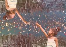 επάνω στην πλευρά κάτω από την πόλη τη νύχτα με fingering κοριτσιών φω'των ο ίδιος Στοκ φωτογραφίες με δικαίωμα ελεύθερης χρήσης