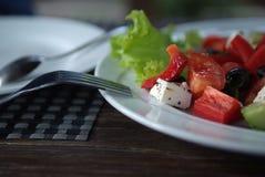 Επάνω στη στενή φωτογραφία μιας ελληνικής σαλάτας με το δίκρανο αγροτικό Στοκ Φωτογραφία