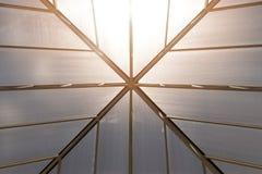 Επάνω στο πλαίσιο στεγών άποψης και τη διαφανή αφηρημένη κατασκευή στεγών Στοκ Φωτογραφίες