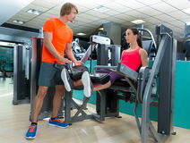 Επέκταση ποδιών γυναικών γυμναστικής με τον προσωπικό εκπαιδευτή στοκ φωτογραφίες με δικαίωμα ελεύθερης χρήσης