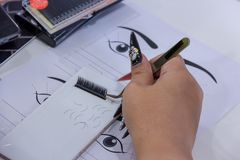 Επέκταση πρακτικής eyelash στο κεραμίδι Τεχνητά μαστίγια, πνεύμα εργασίας στοκ φωτογραφία με δικαίωμα ελεύθερης χρήσης