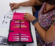 Επέκταση πρακτικής eyelash στο κεραμίδι στοκ εικόνα με δικαίωμα ελεύθερης χρήσης
