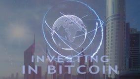 Επένδυση στο κείμενο μετρητών Bitcoin με το τρισδιάστατο ολόγραμμα του πλανήτη Γη ενάντια στο σκηνικό της σύγχρονης μητρόπολης φιλμ μικρού μήκους