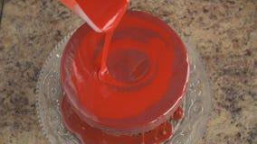 Επένδυση του κέικ με την κόκκινη τήξη απόθεμα βίντεο