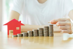 Επένδυση ακίνητων περιουσιών Σπίτι και νομίσματα Στοκ φωτογραφία με δικαίωμα ελεύθερης χρήσης
