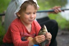 Επίασε ένα μικρό ψάρι στους φοίνικες παιδιών ` s στοκ φωτογραφίες με δικαίωμα ελεύθερης χρήσης