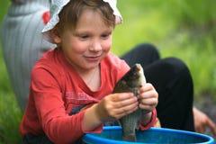 Επίασε ένα μικρό ψάρι στους φοίνικες παιδιών ` s στοκ εικόνες με δικαίωμα ελεύθερης χρήσης