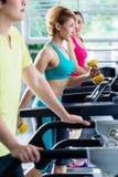 Επίβλεψη των αθλητικών ανθρώπων που εκπαιδεύουν treadmill στοκ φωτογραφία με δικαίωμα ελεύθερης χρήσης