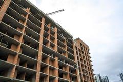 Επίγεια άποψη μιας νέας σύγχρονης κατοικημένης οικοδόμησης κάτω από την οικοδόμηση Έννοια ανάπτυξης ακίνητων περιουσιών Πολυ σπίτ Στοκ Εικόνα