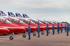 Επίγεια μέλη του πληρώματος βελών της Royal Air Force RAF τα κόκκινα δίνουν τις κατευθύνσεις στους πιλότους στο βρετανικό αεροδια στοκ φωτογραφίες