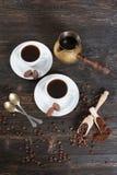 Επίγειος καφές και φασόλια καφέ σε ένα ξύλινο κύπελλο Στοκ εικόνα με δικαίωμα ελεύθερης χρήσης
