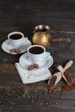 Επίγειος καφές και φασόλια καφέ σε ένα ξύλινο κύπελλο Στοκ φωτογραφία με δικαίωμα ελεύθερης χρήσης