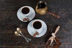 Επίγειος καφές και φασόλια καφέ σε ένα ξύλινο κύπελλο Στοκ Φωτογραφία