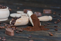 Επίγειος καφές και φασόλια καφέ σε ένα ξύλινο κύπελλο Στοκ Εικόνες