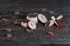 Επίγειος καφές και φασόλια καφέ σε ένα ξύλινο κύπελλο Στοκ εικόνες με δικαίωμα ελεύθερης χρήσης