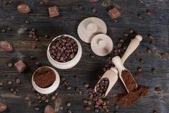Επίγειος καφές και φασόλια καφέ Στοκ Εικόνες