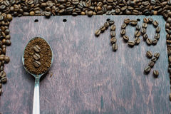 Επίγειος καφές σε ένα κουτάλι στο ξύλινο υπόβαθρο Στοκ Εικόνα