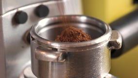Επίγειος καφές στο portafilter απόθεμα βίντεο