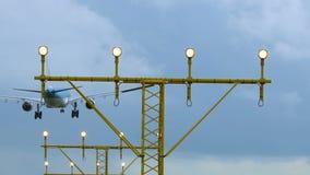 Επίγειος φωτισμός αεροδρομίων και ένα αεροπλάνο απόθεμα βίντεο