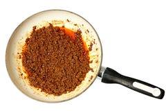Επίγειο αδύνατο βόειο κρέας στο κεραμικό τηγάνι Στοκ Φωτογραφία