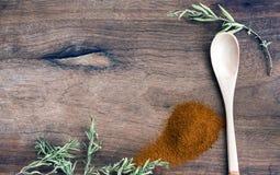 Επίγειο πιπέρι στο ξύλινο υπόβαθρο Στοκ Φωτογραφίες