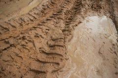 Επίγειων επιπέδων άποψης οριζόντιος δρόμος ζουγκλών $cu λασπώδης με την ομάδα της λάσπης στις διαδρομές ροδών Στοκ Φωτογραφία