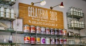 Επίδειξη καταστημάτων πρόσκλησης Gelato με τα αναδρομικά μπουκάλια γάλακτος στοκ εικόνες