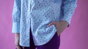 Επίδειξη κινηματογραφήσεων σε πρώτο πλάνο των ενδυμάτων που αποτελούνται από ένα μπλε πουκάμισο και ένα σκοτεινό παντελόνι στο κο απόθεμα βίντεο