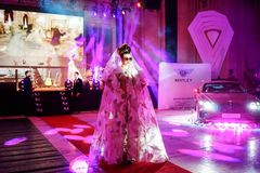 Επίδειξη μόδας σε 10 έτη gala εορτασμού περιοδικών πολυτέλειας Στοκ Εικόνες