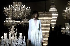 Επίδειξη μόδας του γαμήλιου φορέματος και της εσθήτας βραδιού κατά μήκος του πολυελαίου στοκ εικόνα με δικαίωμα ελεύθερης χρήσης