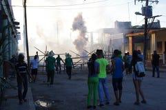 Επίδειξη πυροτεχνημάτων κατά τη διάρκεια του φεστιβάλ στη μικρή κουβανική πόλη Στοκ φωτογραφίες με δικαίωμα ελεύθερης χρήσης