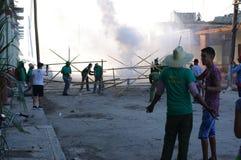 Επίδειξη πυροτεχνημάτων κατά τη διάρκεια του φεστιβάλ στη μικρή κουβανική πόλη Στοκ Εικόνες