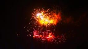 Επίδειξη πυροτεχνημάτων τη νύχτα στο μαύρο υπόβαθρο Φωτεινές κόκκινες πράσινες κίτρινες εκρήξεις λάμψης Εκπληκτικά όμορφος απόθεμα βίντεο