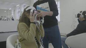 Επίδειξη της τεχνολογίας των γυαλιών vr Νέοι που χρησιμοποιούν VR στο καθιστικό απόθεμα βίντεο