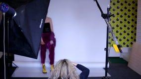 Επίδειξη των ενδυμάτων μόδας στο σαλόνι τέχνης Πρότυπο κοριτσιών στην τοποθέτηση εξεδρών για το φωτογράφο απόθεμα βίντεο