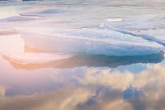 Επίδραση φωτός του ήλιου πέρα από τη λίμνη πάγου με την αντανάκλαση μπλε ουρανού Στοκ εικόνα με δικαίωμα ελεύθερης χρήσης