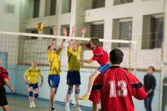 Επίθεση αντιστοιχιών πετοσφαίρισης Φορέας αριθμός 13 κοντά επάνω Στοκ Φωτογραφίες