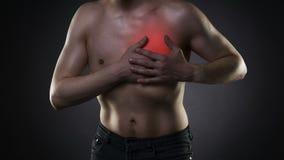Επίθεση καρδιών, άτομο με το θωρακικό πόνο στο μαύρο υπόβαθρο απόθεμα βίντεο