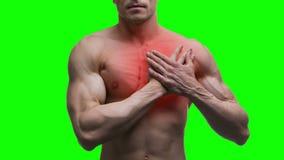 Επίθεση καρδιών, ηλικιωμένο μυϊκό άτομο με το έμφραγμα στο πράσινο υπόβαθρο, βασικό 4K βίντεο χρώματος απόθεμα βίντεο