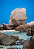 Επίκαιρη παραλία με τους ασυνήθιστους σχηματισμούς βράχου Στοκ Εικόνες